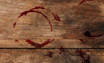 Rotweinfleck auf Holztisch